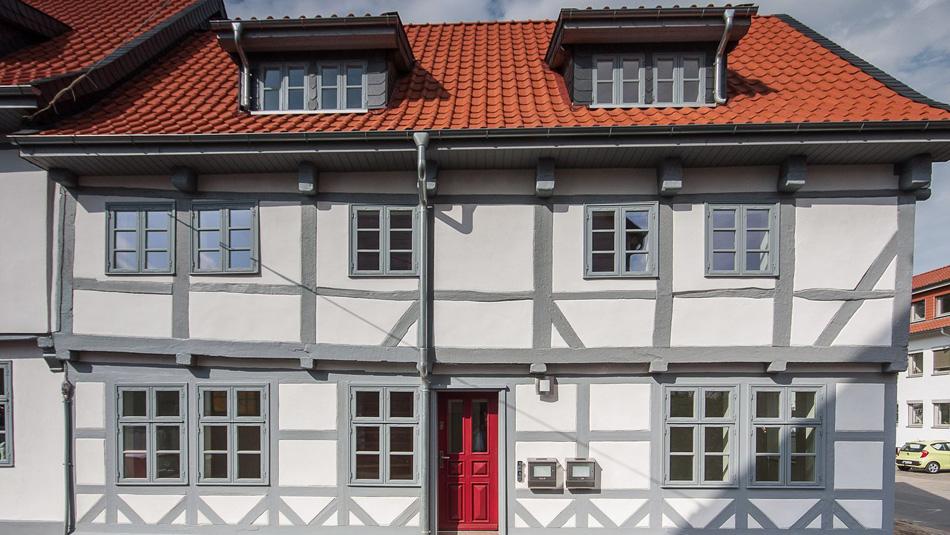 Die denkmalgeschützte Fassade wurde komplett neu aufgebaut und durch eine Innendämmung mit diffusionsoffener Membran energetisch ertüchtigt.